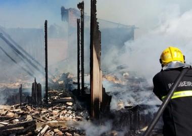 PM auxilia Corpo de Bombeiros em incêndio no Bairro Demboski