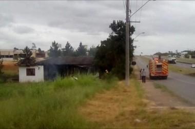Incêndio consome casa abandonada em Bairro Vila Nova