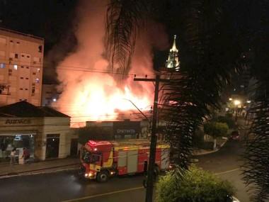 Lojas são atingidas por incêndio em Orleans