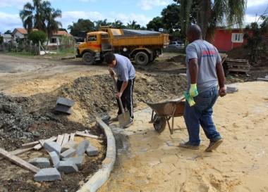 Pavimentação da Rua Pedro Farias em fase de acabamentos
