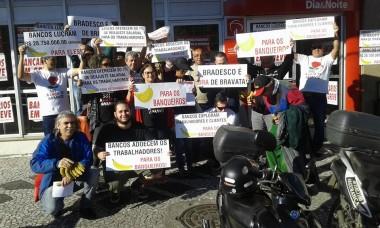 Banana para a população no protesto dos bancários em Criciúma