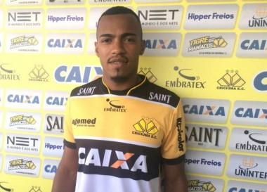 Marlon Freitas comemora saída da zona de rebaixamento