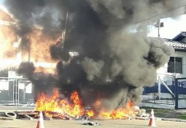 Ex-funcionários da Milano incendeiam pneus