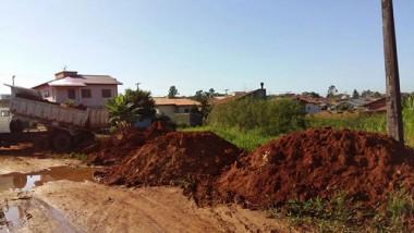 Moradores criam área esportiva no Demboski