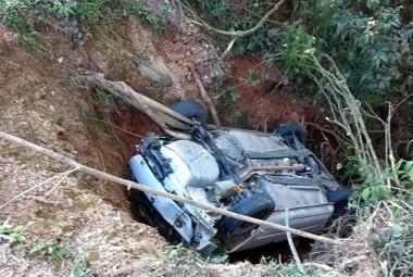 Motorista cai em barranco no Morro do Caravaggio