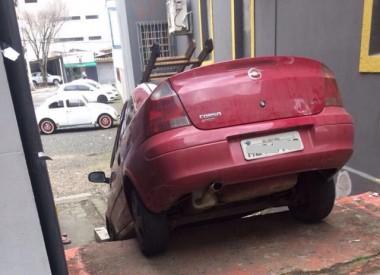O carro encontrou o caminho errado no Centro de Criciúma