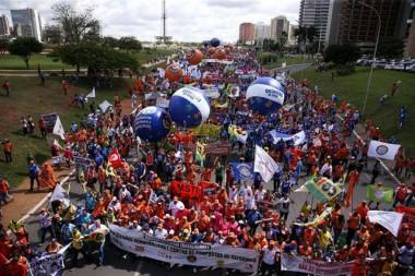 Cerca de 25 mil pessoas marcham em Brasília por eleições