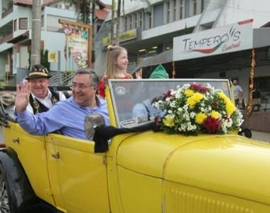 Colombo participa da Oktoberfest Itapiranga e anuncia primeiro repasse de recursos