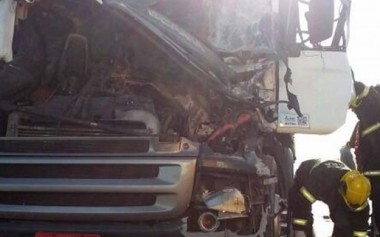 Colisão de carretas deixa motorista ferido na BR-101