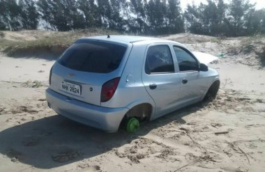 Veículo é achado sem as rodas na Barra do Torneiro