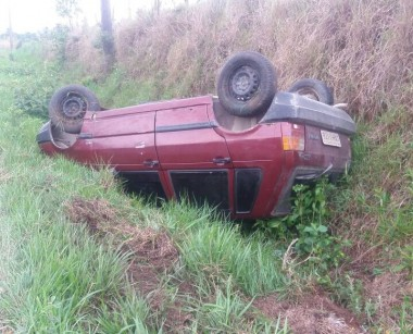 Veículo capota na Rodovia SC-445 em Içara