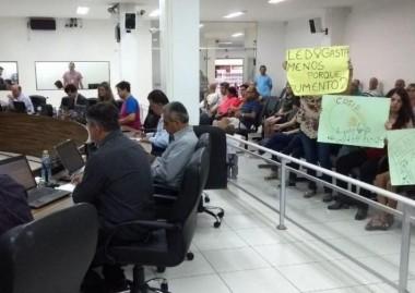 Reajuste da iluminação pública motiva protesto na Câmara