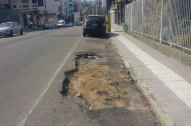 Buracos tomam conta na extensão da José Alencar