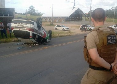Viatura da Polícia Militar capota em perseguição em Içara