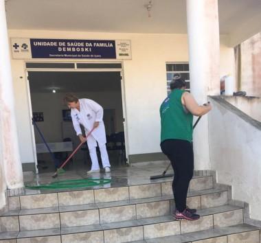 Servidores da Unidade de Saúde do Demboski realizam limpeza