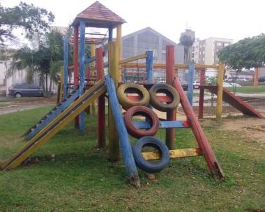 Praça Adélia Rizzieri continua abandonada em Içara