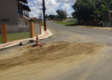 Casan realiza serviço em rua de Içara e sinaliza buraco