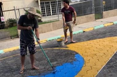 Irmãos entram no clima da copa e decoram rua com as cores do Brasil