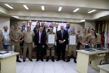 Policiais militares recebem reconhecimento por ato de bravura