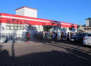 Manifestantes se reúnem em frente à Eflul em Urussanga