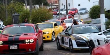 Automóveis luxuosos descem a Serra do Rio do Rastro