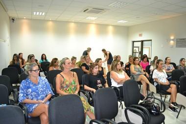 Mulheres participam de palestra na Fontana