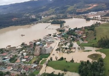Mais de 27 mil pessoas já foram afetadas pela chuva em SC