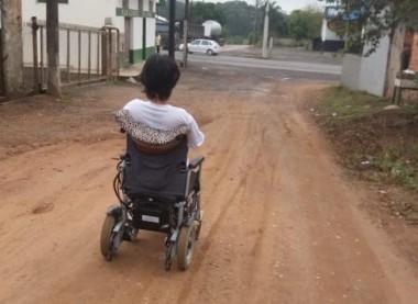 Portadora de necessidades especiais volta a faltar aula por falta de transporte