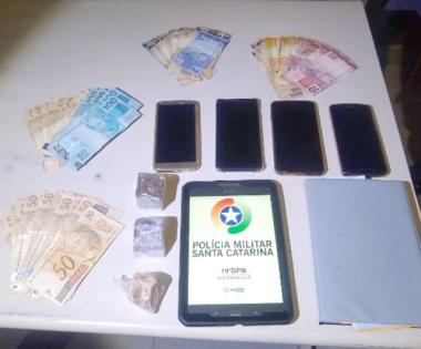 Polícia Militar de Araranguá apreende drogas em residência