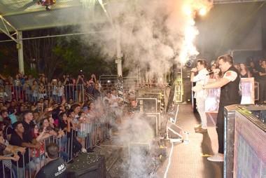 Mais de 10 mil pessoas lotam a praça de Jacinto Machado