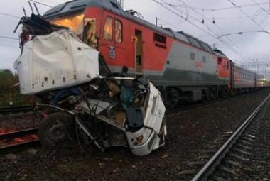 Colisão entre trem e ônibus deixa 19 mortos na Rússia