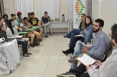 Jovens debatem novos desafios com empreendedores
