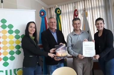 Pauta de Içara é entregue para Fábio Brezola e Cleiton Salvaro