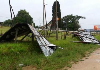 Defesa civil de Içara avalia estragos após temporal de ontem