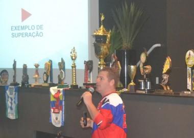Estudantes de Criciúma lotam auditório para ouvir campeão