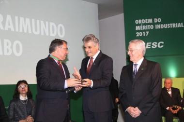 Colombo recebe medalha da Ordem do Mérito Industrial de SC