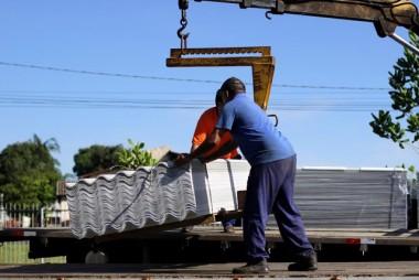 Após decreto de emergência prefeitura distribui telhas