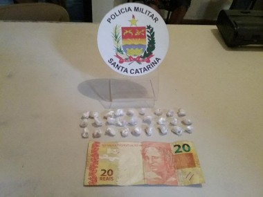 PM de Araranguá apreende adolescente por tráfico de drogas