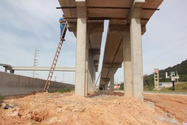 Última passarela recebe concretagem de rampas na BR-101