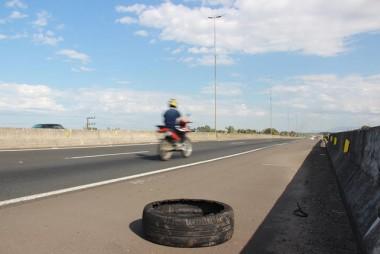 Pneus abandonados na duplicação da BR-101/SC e o risco aos motociclistas