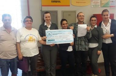 Família Feliz recebe troco solidário do Supermercado Giassi