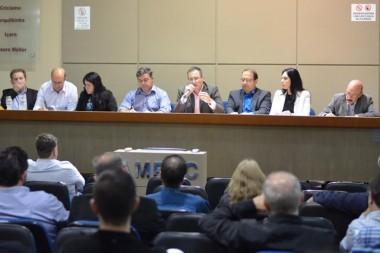 Reunião na AMREC debate futuro Aeroporto Diomício Freitas