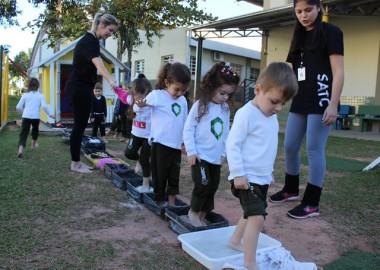Atividade sensorial envolve alunos do Infantil da Satc