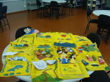 Livros de história inspiram alunos a produzir bolsas literárias
