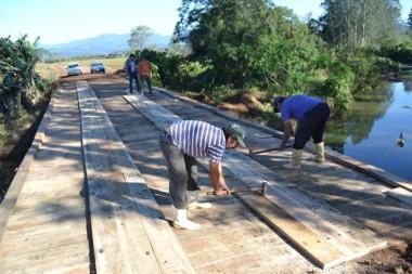 Ponte de madeira no Pinheiro de Baixo é reformada