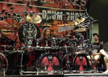Maior baterista de heavy metal do Brasil protagoniza espetáculo