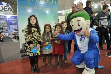 Cedelinho distribui livros infantis em visita à 17ª FIC
