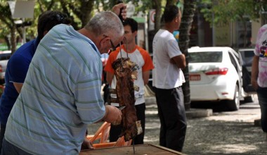 Mais de 60kg de costela são distribuídos na praça