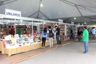 Feira do Livro de Criciúma movimenta a Praça Nereu Ramos