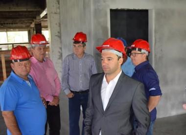 Vereadores vistoriam obras de reconstrução do Paço Municipal